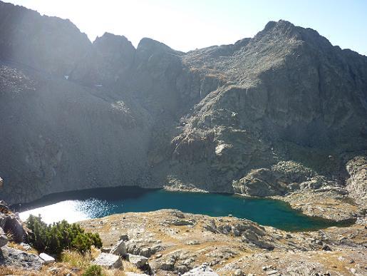 En allant chercher à flanc la crête Sud du pic de Comalesbienes, par une diagonale ascendante, l`Estany de Comalesbienes coté 2581 m, est en vue