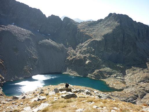 En remontant la crête Sud du pic de Comalesbienes, regard derrière vers l`Estany de Comalesbienes coté 2581 m et le pic de la Pala Gespadera