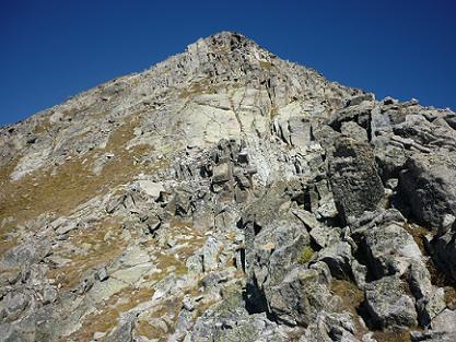 La crête du pic de Comalesbienes devient plus sévère à l`approche du sommet