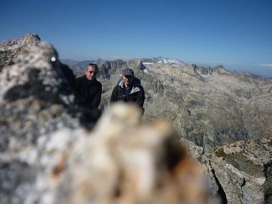 Au sommet du pic de Comalesbienes 2993 m, avec les massifs Comaloforno-Besiberri et Aneto-Maladeta
