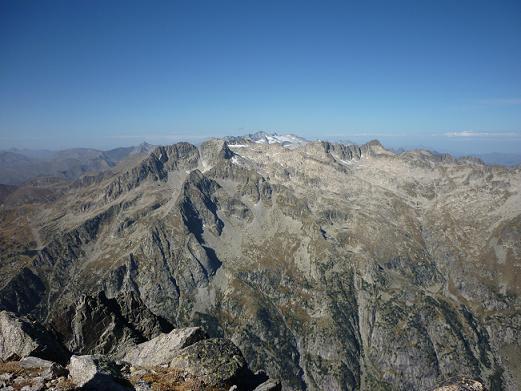 Du sommet du pic de Comalesbienes 2993 m, le massif Comaloforno-Besiberri dominé par le massif Aneto-Maladeta