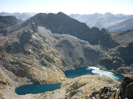 Du sommet du pic de Comalesbienes 2993 m, les Estanys de Comalesbienes dominés par la Pala Alta de Sarradé