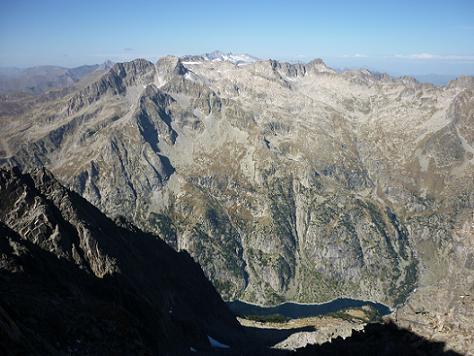 Depuis le col 2980 m situé sur la crête, regard sur l`embassament de Cavallers et les massifs Comaloforno-Besiberri et Aneto-Maladeta