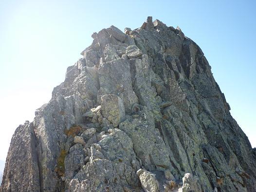 Depuis le col 2980 m situé sur la crête entre Comalesbienes et la Punta Alta, regard sur la crête du pic de Comalesbienes désescaladée