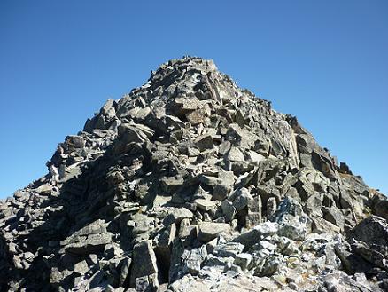 Depuis le deuxième col 2980 m, situé sur la crête, le sommet de la Punta Alta est juste au-dessus de cet énorme cairn naturel