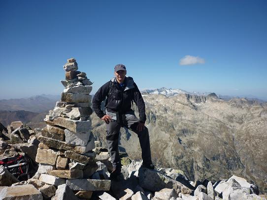 Arrivée au sommet de la Punta Alta de Comalesbienes 3014 m, avec les massifs Comaloforno-Besiberri et Aneto-Maladeta