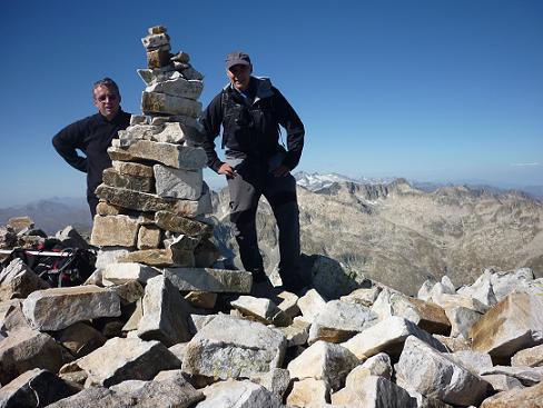 Sommet de la Punta Alta de Comalesbienes 3014 m, avec les massifs Comaloforno-Besiberri et Aneto-Maladeta