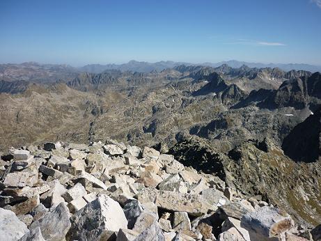 Du sommet de la Punta Alta de Comalesbienes 3014 m, vue sur le secteur du Montardo