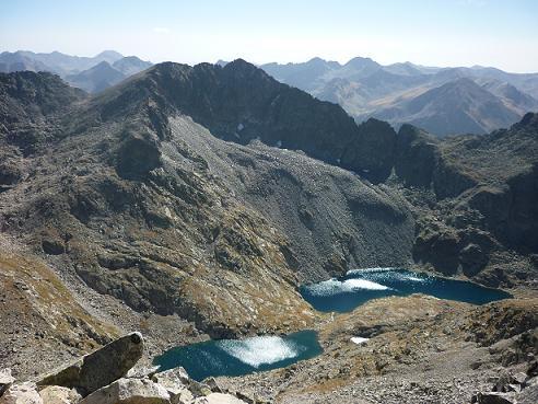 Du sommet de la Punta Alta de Comalesbienes 3014 m, les Estanys de Comalesbienes et la Pala Alta de Sarradé