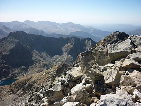 Du sommet de la Punta Alta de Comalesbienes 3014 m, le pic de la Pala Gespadera et le pic de Comalesbienes