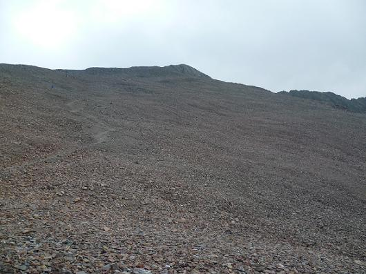 Dans la descente du champ de pierres du vallon Sud-Ouest du Gran Bachimala, regard derrière