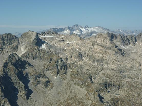 Du sommet de la Punta Alta de Comalesbienes 3014 m, le massif Comaloforno-Besiberri dominé par le massif Aneto-Maladeta
