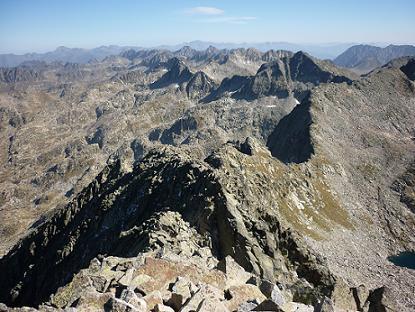 Départ du sommet de la Punta Alta de Comalesbienes en suivant la crête au Nord