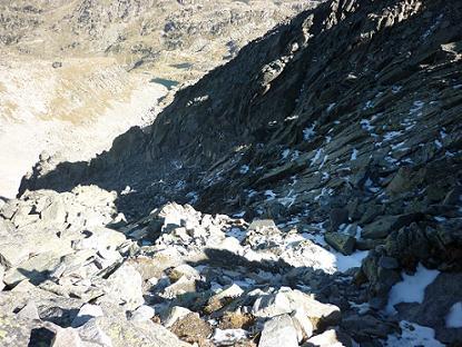 Descente du couloir Nord vers le Cap Brau, avec prudence car il reste de la neige et de la glace invisible recouvre certains rochers