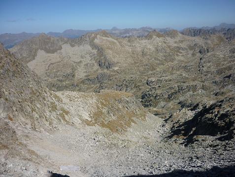 Depuis la brèche 2799 m, au Sud du Cap Brau, le vallon de la Raconada où il faut descendre Nord-Est