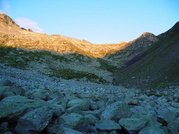 Après le Ibn de la Renclusa, traversée d`une zone de gros blocs granitiques (2320 m)