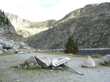 En boudure du lac de Cap de Long, danger chute de pierres