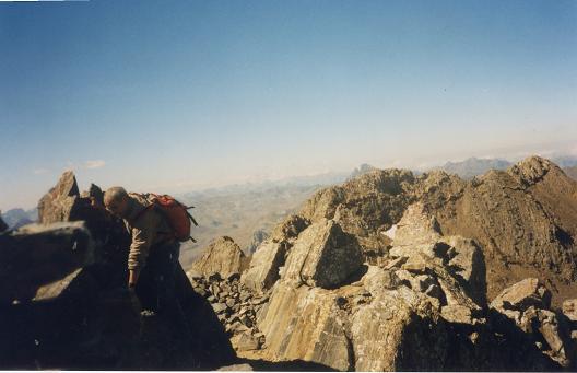 Arrivée au sommet du pico de Argualas, la crête des picos de Algas