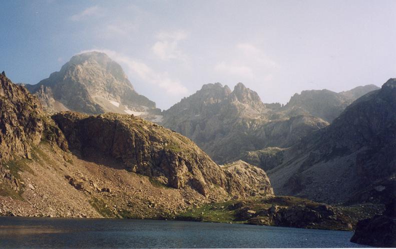 Passage à l embalse de Arriel bajo, face au pic Palas