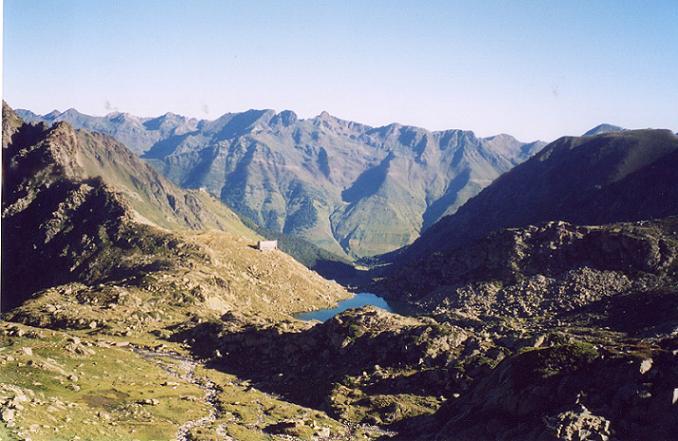 Au-dessus du lac et du refuge de la Glère