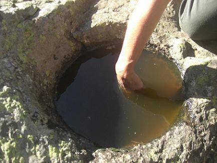 Trou nommé Couartaou à 1929 mètres, creusé par l`homme il servait de mesure pour le sel ou le grain de contrebande