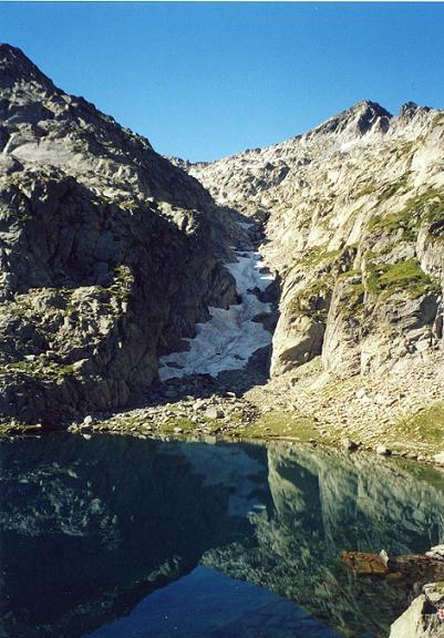 Le lac Estelat Supérieur 2423 m, et le couloir enneigé qu il faut remonter