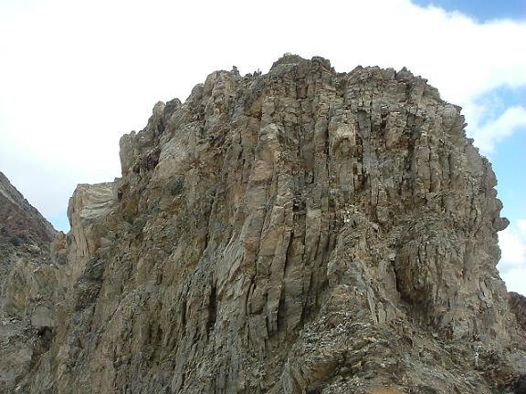 De l avant sommet 3055 m du pic Maou, le mur à escalader qui défend le sommet