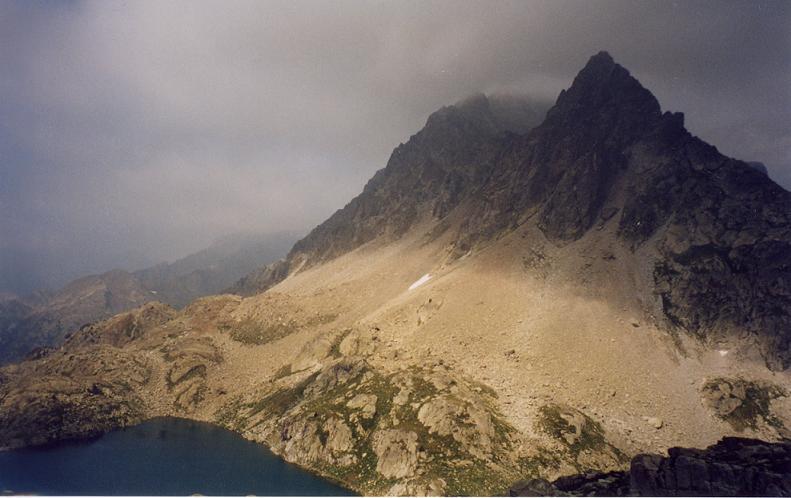 En montant vers le Gourg Helado, regard sur le pic d Arriel et l embalse de Arriel Alto