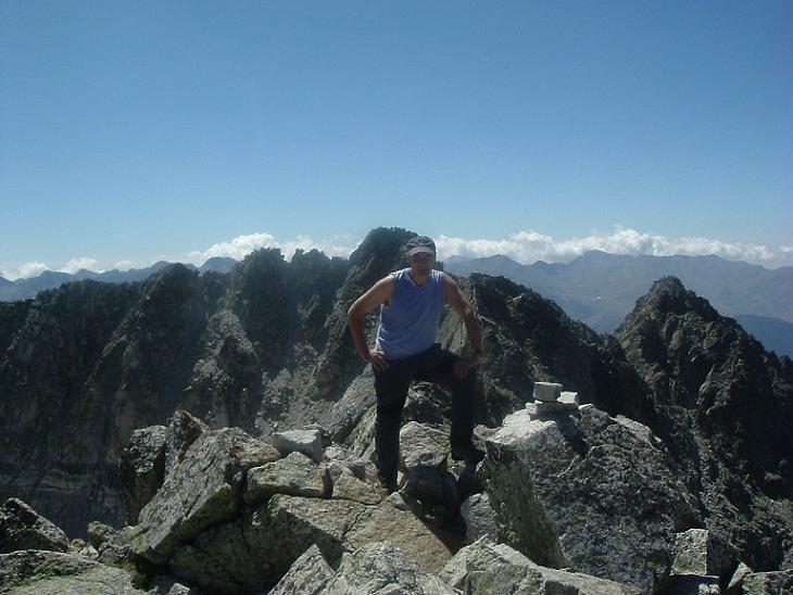 Arrivée au sommet du Besiberri Sud 3030 m, devant le pic de Comaloforno