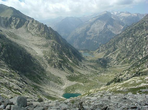 Regard devant vers l Estanyet de Besiberri de Dalt et l Estany de Besiberri, face au massif Aneto-Maladeta