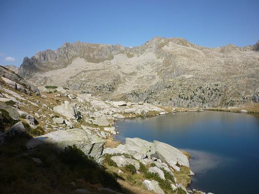 Passage sur la rive gauche de l`Estany de la Roca 2390 m