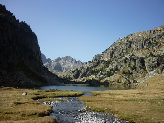 Dans le Vall de Colieto, arrivée à l`Estany Gran de Colieto 2183 m