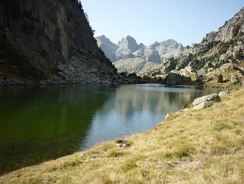 Sur la rive droite de l`Estany Gran de Colieto, face à la Punta d`Harlé, à el Pa de Sucre et à Tumeneia