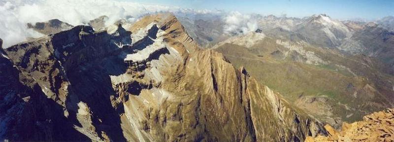 Du pic du Marboré (3248 m) le haut du cirque de Gavarnie, Taillon et Vignemale