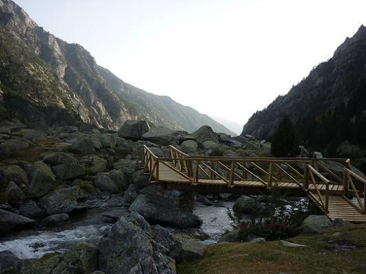Au Pletiu de Riumalo 1880 m, passage sur la passerelle qui enjambe le Riuet d`Estany Negre