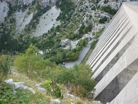 Il ne reste plus qu`à descendre vers la voiture qui attend sous le barrage de l`Embassament de Cavallers
