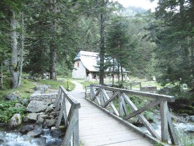 Traversée de la passerelle qui enjambe le gave pour retrouver la maison du Parc National
