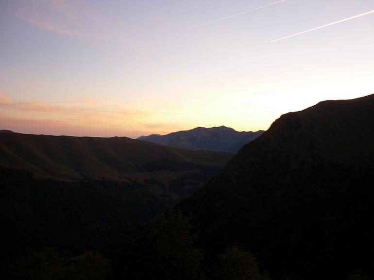 Le jour se lève au-dessus de la station de Superbagnères et de la vallée du Lis