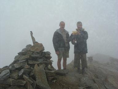 Tchin tchin au sommet du pic de Campbieil dans les nuages