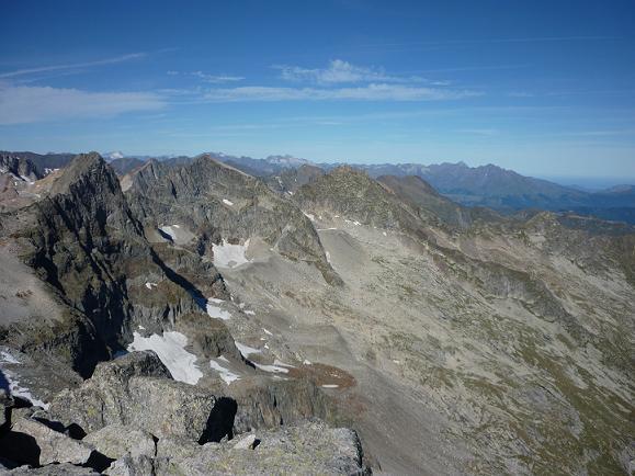 Du sommet du pic de Maupas 3109 m, le pic des Crabioules, le Vignemale et le Néouvielle