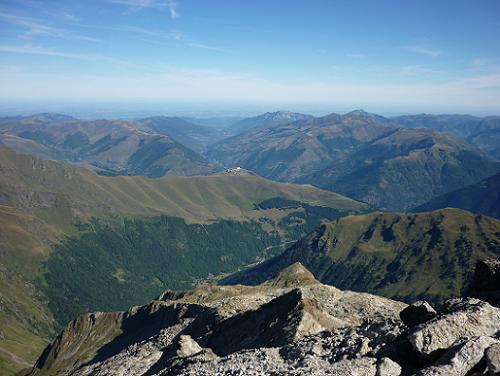 Du sommet du pic de Maupas 3109 m, la station de Superbagnères et la vallée du Lis