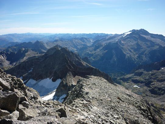 Du sommet du pic de Maupas 3109 m, le pic de Boum et le massif Aneto Maladeta