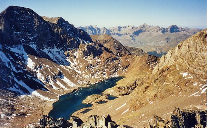 Du sommet du pico de Arnales 3006 m, le Garmo Negro et les ibones de Pondiellos