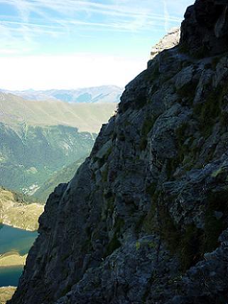 Montée vers le lac Charles, sur le sentier en corniche taillé dans la falaise 2316 m