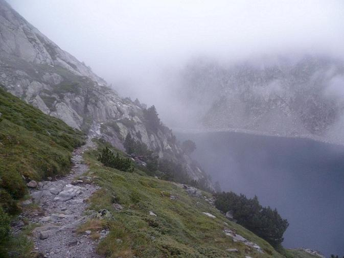 En longeant la rive droite du long lac de Cap de Long pour se rendre à son bassin d`alimentation