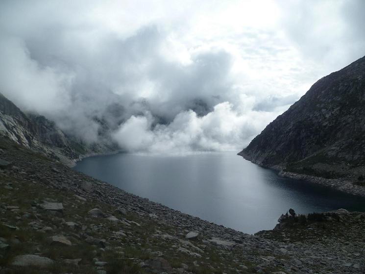 retour vers le bassin d`alimentation du lac de Cap de Long, les nuages font un bain de vapeur