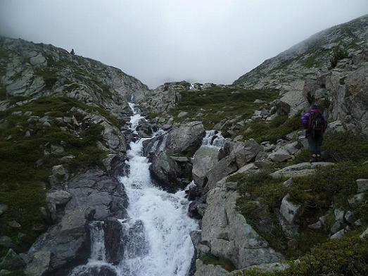 Remontée en rive gauche du torrent de Cap de Long qui cascade