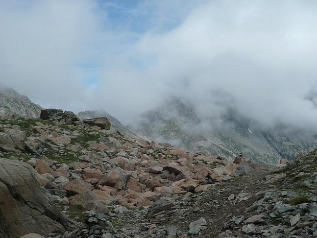 Du laquet coté 2591, regard derrière vers une trouée de nuages qui laisse apparaître un coin de ciel bleu au-dessus de la Hourquette de Bugarret