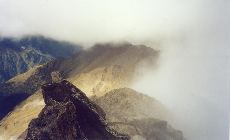 Descente de la crête vers le col de Lustou, le mauvais temps menace
