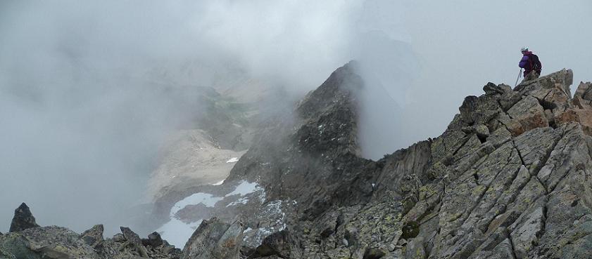 Départ du sommet du pic Maubic en suivant la crête Est, une trouée rend visible le lac et l`Aiguille Tourrat